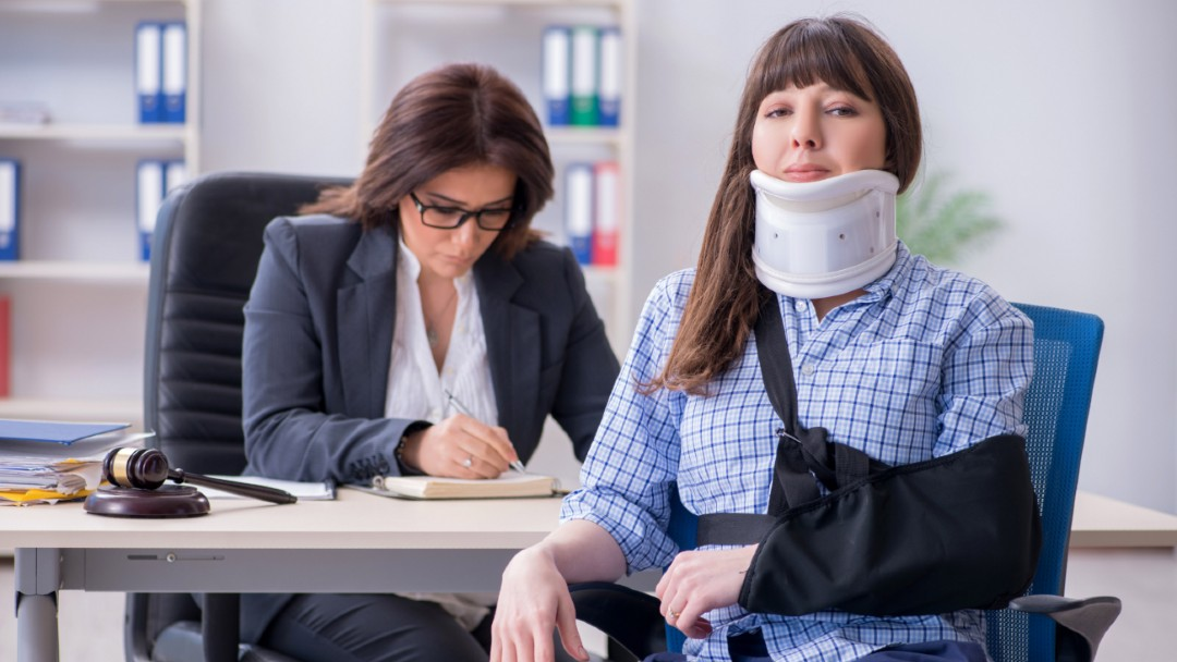 insured woman is sitting in front of a commercial insurance agent, commercial general liability insurance